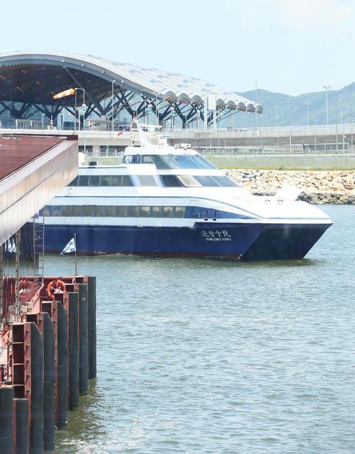 深センから香港国際空港へと入船する日本代表を乗せたフェリー(撮影・足立雅史)