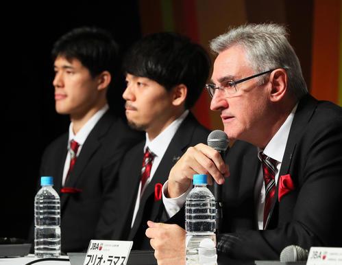 帰国会見に臨む日本代表の、右からラマス監督、篠山、渡辺(撮影・足立雅史)