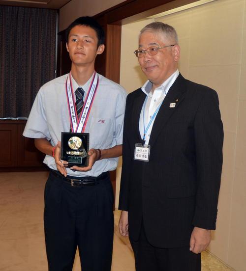 宮城県庁を訪問し、県関係者から記念盾を受け取る築館・鵜沢(左)