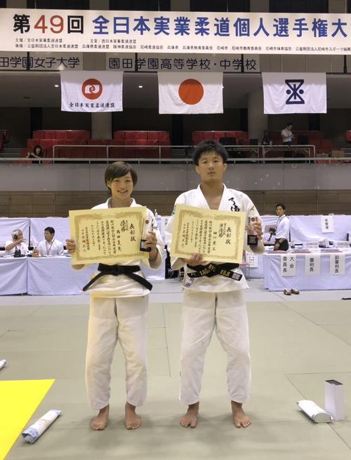 全日本実業個人選手権48キロ級で優勝した角田夏実(左)