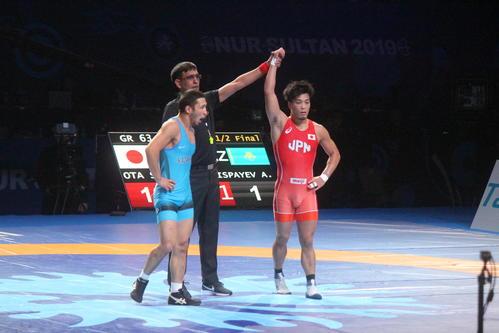 準決勝で勝ち名乗りを受ける太田