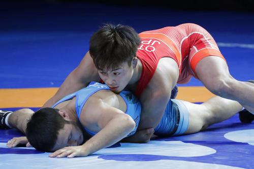 男子グレコローマン63 キロ 級準決勝 カザフスタン選手(下)と対戦する太田忍(共同)