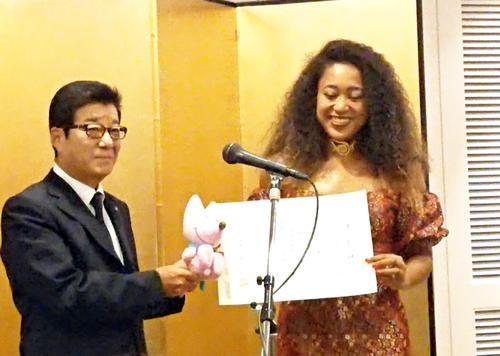 松井市長から表彰され、笑顔を見せる大坂(撮影・吉松忠弘)