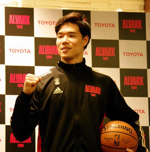 NBAマーベリックスからの正式オファーを受け、ポーズを決めるA東京の馬場雄大(撮影・奥岡幹浩)