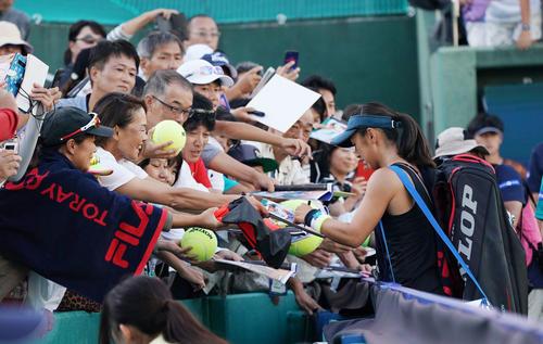 ドナ・ベキッチに勝利した土居美咲はファンにサインをする(撮影・奥田泰也)