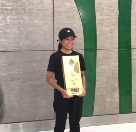スケートボード・パーク世界選手権で世界女王に輝き、金の盾を手に帰国した岡本碧優