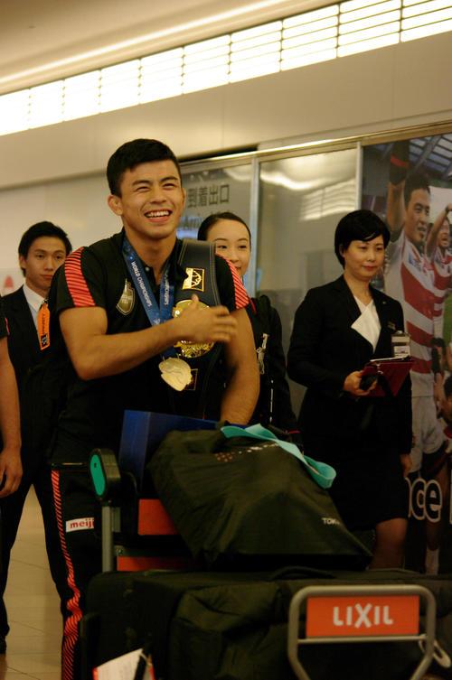 レスリング世界選手権グレコローマン男子60キロ級で優勝し、金メダルとベルトを掛けて帰国した文田健一郎(撮影・奥岡幹浩)