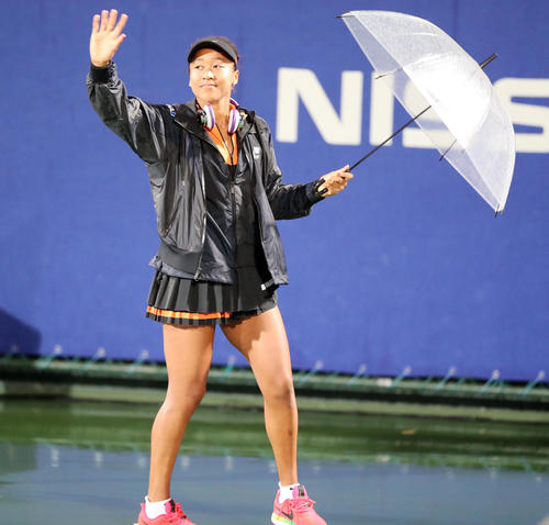 降雨で試合が中止となり、ファンに手を振り引き揚げる大坂(撮影・前田充)
