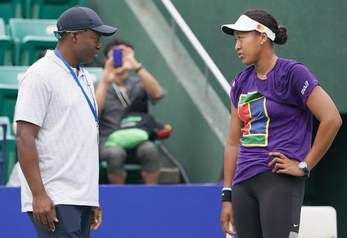 父でコーチのフランソワさん(左)と話す大坂なおみ(撮影・奥田泰也)