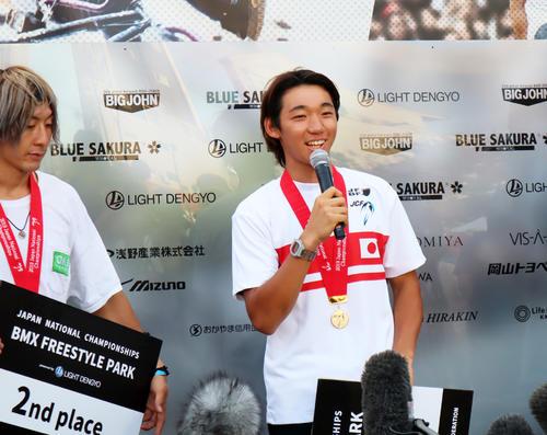 BMXフリースタイル全日本選手権のパーク男子表彰式で、東京五輪の金メダルを誓う中村輪夢。左は2位の高木聖雄(撮影・荻島弘一)