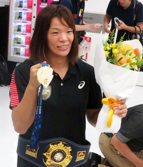 レスリング世界選手権女子57キロ級で優勝した川井梨紗子は帰国後、金メダルを掲げて撮影に応じる(撮影・松熊洋介)