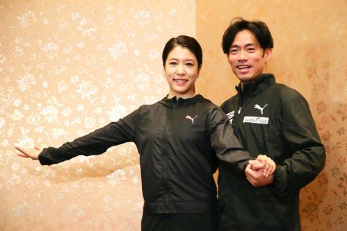 アイスダンス挑戦を発表した高橋(右)はパートナーの村元と笑顔でポーズを決める(撮影・足立雅史)