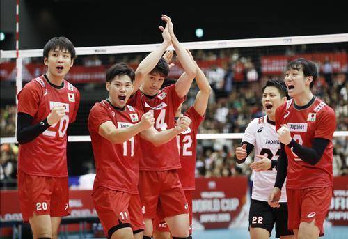 イタリアに勝利し、喜ぶ日本。左から小野寺、西田、石川(共同)