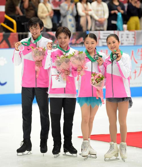 銀メダルを手に笑顔を見せるチームジャパン。左から島田、宇野、紀平、宮原(撮影・横山健太)
