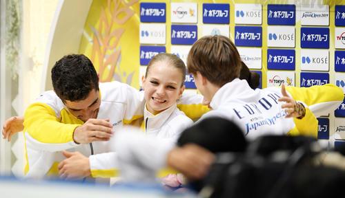 優勝を決め笑顔を見せるトゥルソワ(中央)(撮影・横山健太)