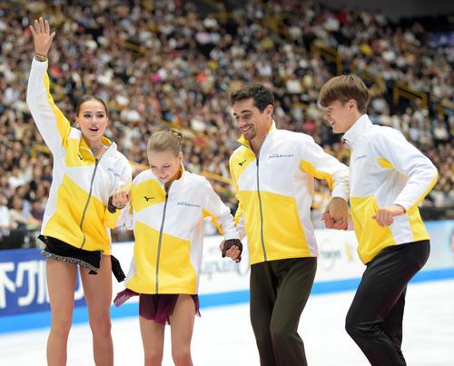 優勝を決め笑顔を見せるチームヨーロッパ。左からザギトワ、トゥルソワ、フェルナンデス、ヴァシリエフス(撮影・横山健太)