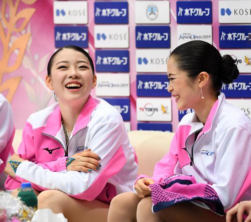 談笑する紀平(左)と宮原(撮影・横山健太)