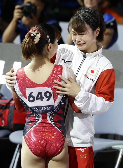 女子予選 平均台の演技を終えた寺本明日香(手前)を泣きながら迎える杉原愛子(共同)