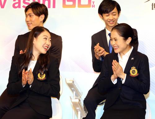 フィギュアスケートグランプリシリーズ世界一決定戦の会見で、笑顔を見せる紀平(左)と宮原。後方左は田中、右は島田(撮影・浅見桂子)