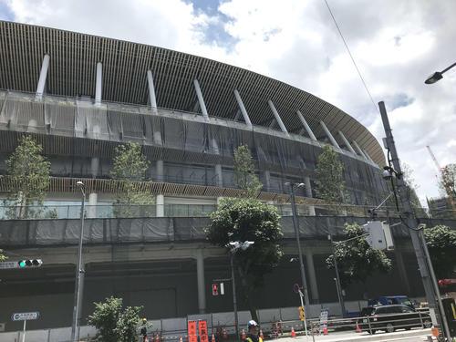 東京五輪の開会式、閉会式が行われる新国立競技場の外観(2019年7月19日撮影)