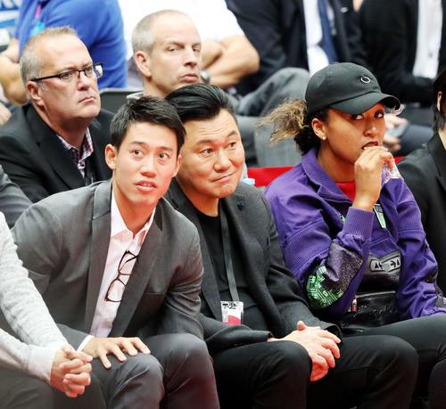 ロケッツ対ラプターズの試合を観戦する、左から錦織、楽天の三木谷会長兼社長、大坂(撮影・河田真司)