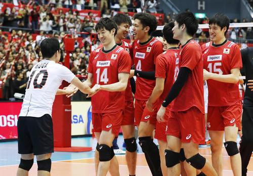イランに勝利し喜ぶ石川(14)ら日本(共同)