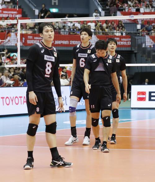 ブラジルに敗れ引き揚げる(左から)柳田、山内、西田、石川(共同)