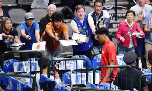 NBA開幕戦・マーベリックス対ウィザーズ 試合開始前の練習を終え、サインを求めるファンを横目にロッカールームへ戻るウィザーズ八村(撮影・菅敏)