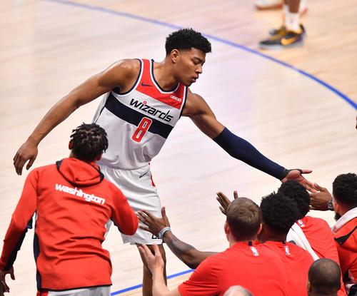 NBA開幕戦・マーベリックス対ウィザーズ第2クォーター、交代しベンチに戻りタッチで迎えられるウィザーズ八村(撮影・菅敏)