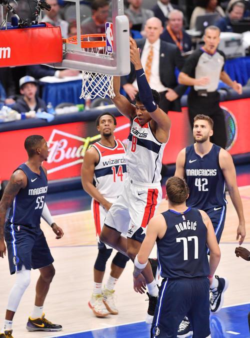 NBA開幕戦・マーベリックス対ウィザーズ第3クォーター、リバウンドしたボールを処理するウィザーズ八村(撮影・菅敏)