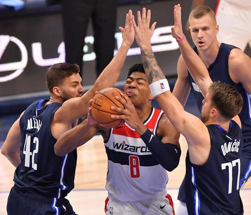 NBA開幕戦・マーベリックス対ウィザーズ第3クォーター、シュートを狙うもディフェンスを受けるウィザーズ八村(撮影・菅敏)