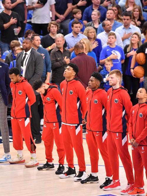 NBA開幕戦・マーベリックス対ウィザーズ戦の試合前のセレモニーで米国国歌を斉唱するウィザーズ八村(左から3人目)(撮影・菅敏)