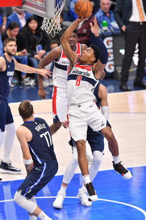 NBA開幕戦・マーベリックス対ウィザーズ第4クォーター、シュートを決めるウィザーズ八村(撮影・菅敏)