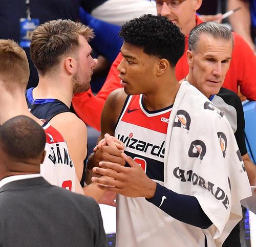 NBA開幕戦でマーベリックス試合後にマーベリックス・ドンチッチ(左)と握手するウィザーズ八村(撮影・菅敏)