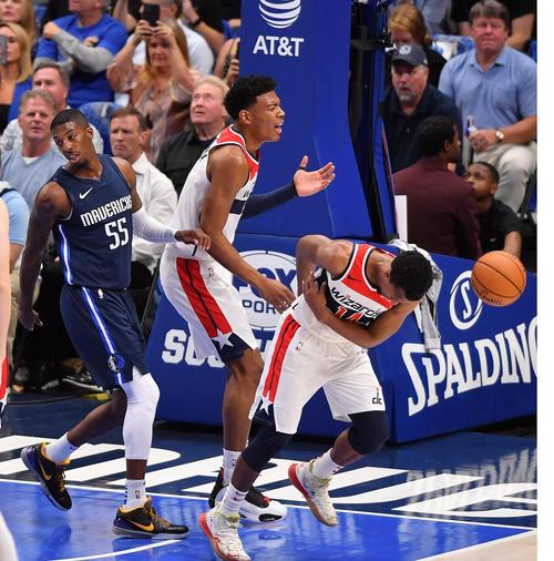NBA開幕戦・マーベリックス対ウィザーズ第1クォーター、ファウルし顔をゆがめるウィザーズ八村(中央)(撮影・菅敏)