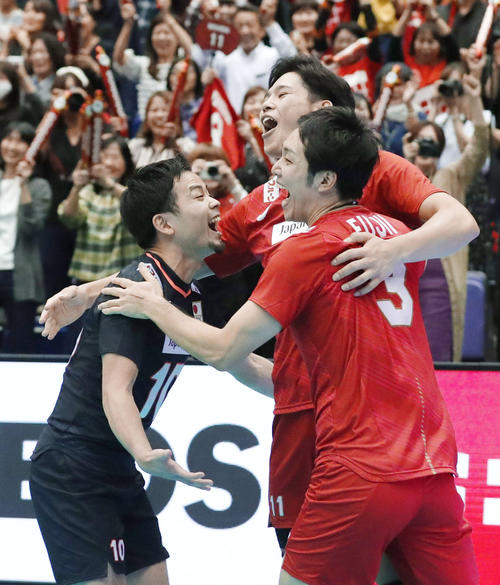 カナダに勝利し喜ぶ左から古賀、西田、藤井(共同)