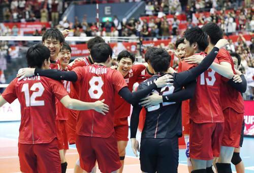 カナダに勝利し喜ぶ日本(共同)