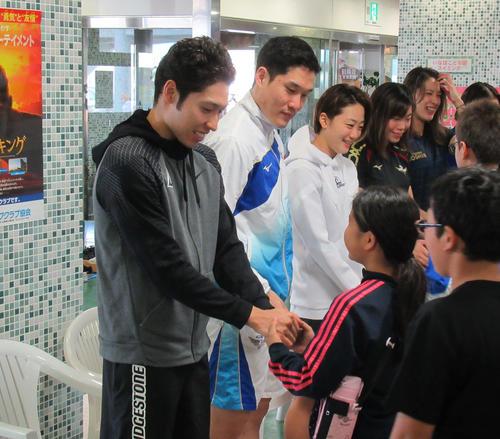 萩野(左端)は、予選と決勝の間に子供たちとの握手会に参加した(撮影・益田一弘)