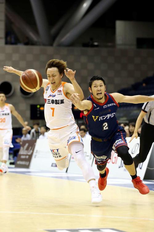 新潟対横浜 第1Q、PG五十嵐(左)は、横浜・橋本とボールを奪い合う(C)B.LEAGUE
