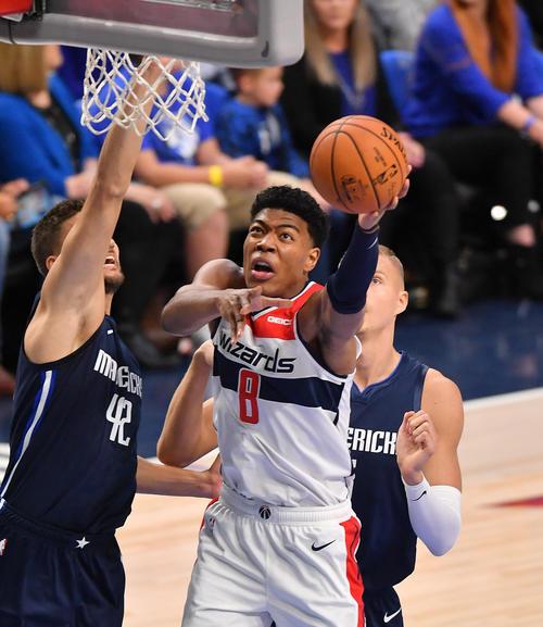 NBA開幕戦・マーベリックス対ウィザーズ第1クォーター、デビュー戦でシュートを決め初得点をマークするウィザーズ八村(撮影・菅敏)