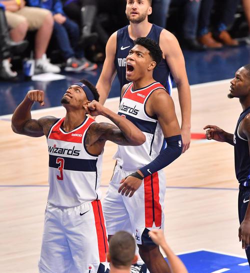 NBA開幕戦・マーベリックス対ウィザーズ第2クォーターで味方のポイントに雄たけびを上げるウィザーズ八村(中央)(撮影・菅敏)
