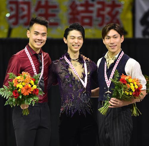 スケートカナダで優勝し、2位のグエン(左)、3位の田中(右)と記念写真に納まる羽生(撮影・菅敏)