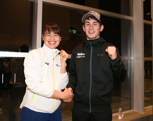 笑顔で握手する女子5000メートルで優勝したウィリアムソン・レミ(左)と男子1500メートルで優勝した兄のウイリアムソン師円(撮影・黒川智章)
