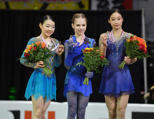 スケートカナダで2位の紀平梨花(左)は、優勝したアレクサンドラ・トルソワ(中央)と3位のユ・ヨンと記念写真に納まる(撮影・菅敏)