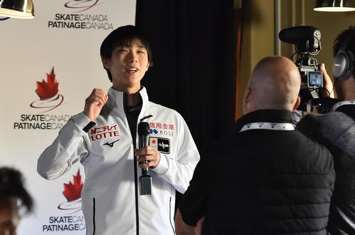 スケートカナダ優勝から一夜明け、カメラに向かって笑顔で話す羽生(撮影・菅敏)