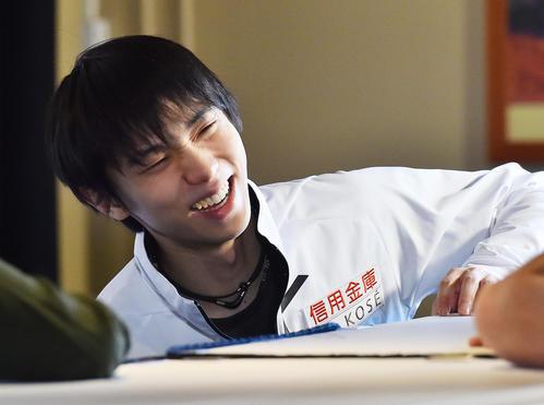 スケートカナダ優勝から一夜明け、関係者と笑顔で話す羽生(撮影・菅敏)