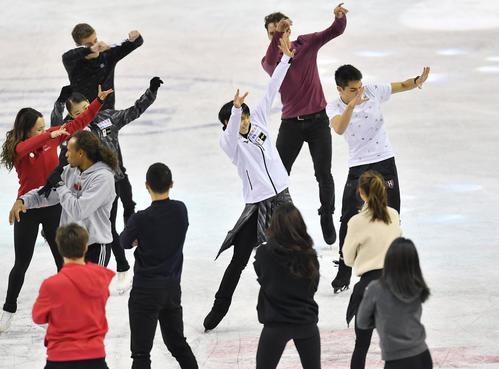 スケートカナダ優勝から一夜明け、エキシビションのリハーサルをする羽生(中央)(撮影・菅敏)