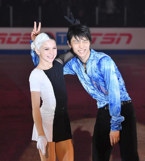 トルソワ(左)と笑顔で記念写真に納まる羽生(撮影・菅敏)