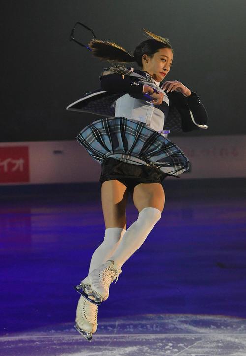 エキシビションで演技をするユ・ヨンは、勢い余ってメガネを飛ばす(撮影・菅敏)