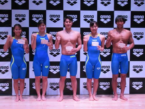 アリーナの新しい水着の発表会に出席した選手。右から川本、牧野、瀬戸、長谷川、清水